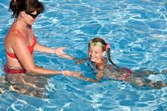 Kind erlernen Swim im Swimmingpool. stockfotos
