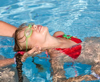 Kind erlernen Swim im Swimmingpool. stockbilder
