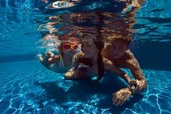 Kind erlernen zu schwimmen stockfotos