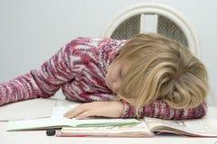 Kind erlernt und Schlaf lizenzfreie stockfotografie