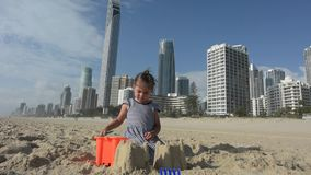 Kind errichtet Sandburg stock video