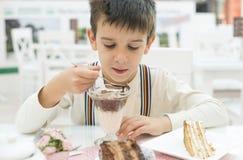 Kind essen Milch choco Erschütterung stockfotografie