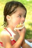 Kind-etende Cupcakes Stock Fotografie