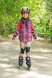 Kind fährt Rollschuhe Lizenzfreie Stockfotografie