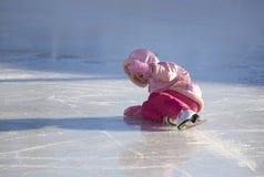 Kind-Fälle beim Eislauf Stockbild