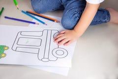 Kind, färbend; Zeichnung des kleinen Jungen mit farbigen Bleistiften zu Hause Lizenzfreie Stockbilder
