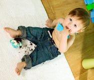 Kind feiert seinen ersten Geburtstag Stockfotos