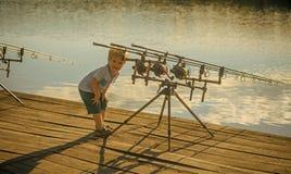 Kind fischt Angeln, fischend, Tätigkeit, Abenteuer, Hobby, Sport Stockfotos