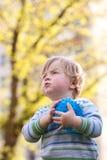 Kind fokussiert stockfotos