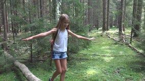 Kind in Forest Walking op Logboek, Jong geitje Speel het Kamperen Avontuur, Meisjes Openluchthout stock afbeeldingen