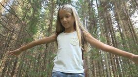 Kind in Forest Walking op Logboek, Jong geitje Speel het Kamperen Avontuur, Meisjes Openluchthout stock foto