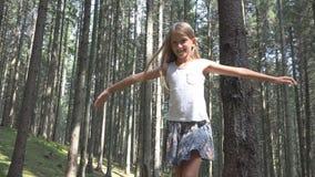 Kind in Forest Walking op Logboek, Jong geitje Speel het Kamperen Avontuur, Meisjes Openluchthout royalty-vrije stock foto