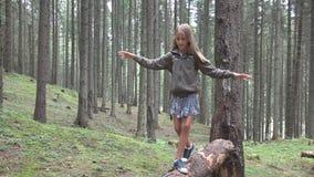 Kind in Forest Walking Tree Log Kid-het Spelen het Kamperen het Openluchthout van het Avonturenmeisje stock foto