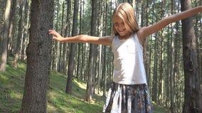 Kind in Forest Walking Tree Log Kid-het Spelen het Kamperen het Openluchthout van het Avonturenmeisje royalty-vrije stock afbeeldingen