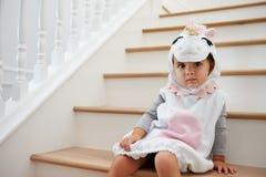 Kind gekleidet herauf als Pony Playing Game On Stairs Lizenzfreie Stockfotos