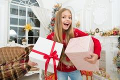 Kind genießen den Feiertag Weihnachtsbaum und Geschenke Glückliches neues Jahr Die ganze Welt in einer Note Winter Weihnachten on stockbild