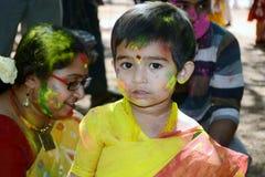 Kind genießt Holi, buntes Porträt Lizenzfreie Stockfotografie