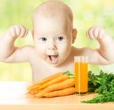 Kind gesund und stark mit frischem Karottensaftglas Stockfotos