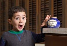 Kind gevangen diefstal van oma Stock Foto