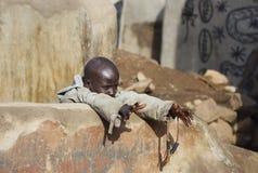 Kind Gourounsi mit Slingshots Lizenzfreie Stockbilder