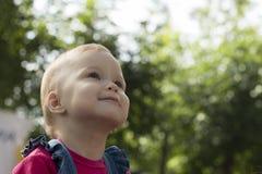 Kind am grünen Hintergrund Lizenzfreies Stockfoto