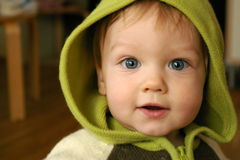 Kind in groene kap Stock Afbeelding