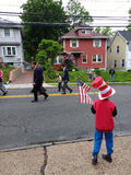 Kind hält eine amerikanische Flagge, Memorial Day -Parade, USA stockbild