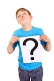 Kind hält Fragezeichen Lizenzfreie Stockbilder