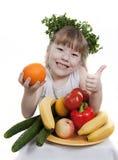 Kind hält Gemüse und Frucht an. Stockbilder