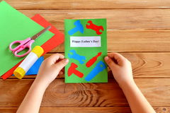 Kind hält Grußkarte in seinen Händen Glücklicher Vatertag stockfotos