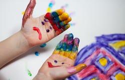 Kind-Hände, die Fingerpainting tun Stockfotografie