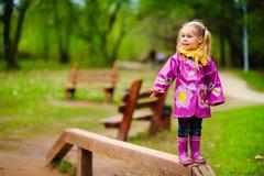 Kind haben Spaß, an einem Spielplatz zu spielen. Stockfoto