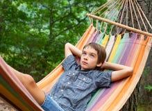 kind in hangmat Royalty-vrije Stock Afbeeldingen