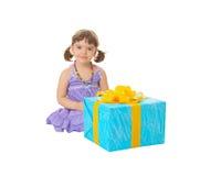 Kind hat ein großes Geburtstaggeschenk empfangen Lizenzfreie Stockfotos