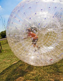 Kind hat Spaß im Zorbing-Ball Lizenzfreie Stockfotos