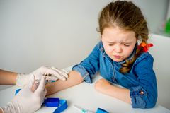 Kind hat vor Schutzimpfung Angst stockbild