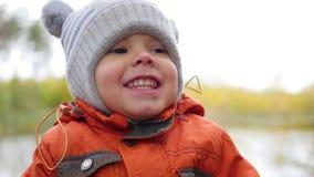 Kind in Herbst Park, der den Spaß spielt und lacht, gehend in der Frischluft hat Ein schöner szenischer Platz Stockbilder