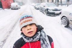 Kind in het bevriezen van koud weer Stock Afbeeldingen