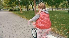 Kind het cirkelen in park stock video