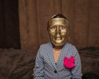 Kind het dragen op het artistieke enge masker van de bronskleur en het zeggen bedriegen of behandelen Stock Foto