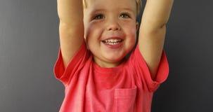Kind het glimlachen het vragen om greep, die aandacht thuis willen stock video