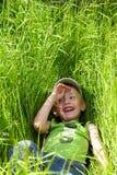 Kind in het gras Stock Afbeelding