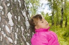 Kind in het hout Royalty-vrije Stock Afbeeldingen