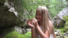 Kind in het Kamperen Jong geitje op Bergsleep, Schoolmeisje het Ontspannen in Forest Adventure stock footage