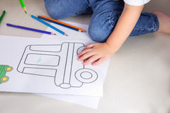 Kind, het kleuren; weinig jongenstekening met kleurpotloden thuis Royalty-vrije Stock Afbeeldingen