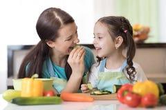 Kind het koken met hun moeder royalty-vrije stock foto