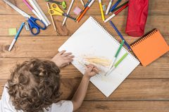 Kind het krabbelen in een notitieboekje Royalty-vrije Stock Afbeelding
