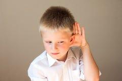 Kind het luisteren stock foto