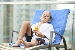 Kind het ontspannen in chaise-zitkamer stock fotografie