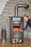 Kind het openen hout in brand gestoken fornuis Stock Afbeeldingen